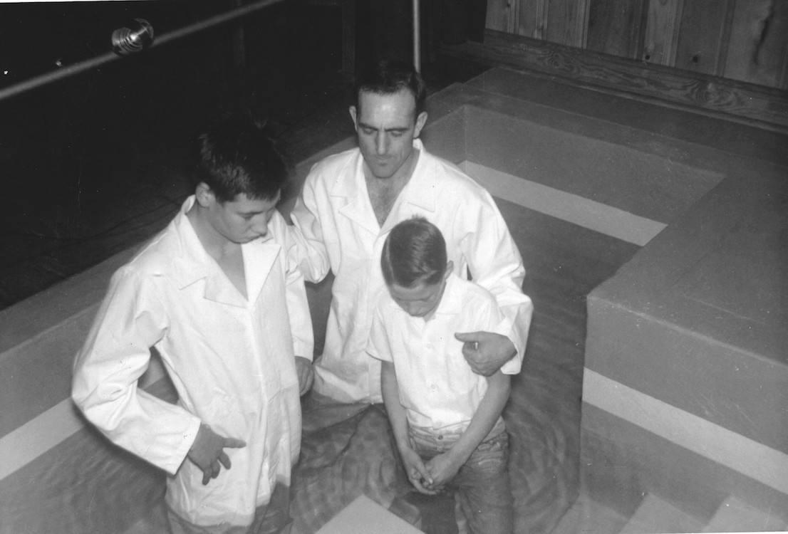 Hatties zonen, Arvel en Wayne, worden gedoopt door Willard Collins.