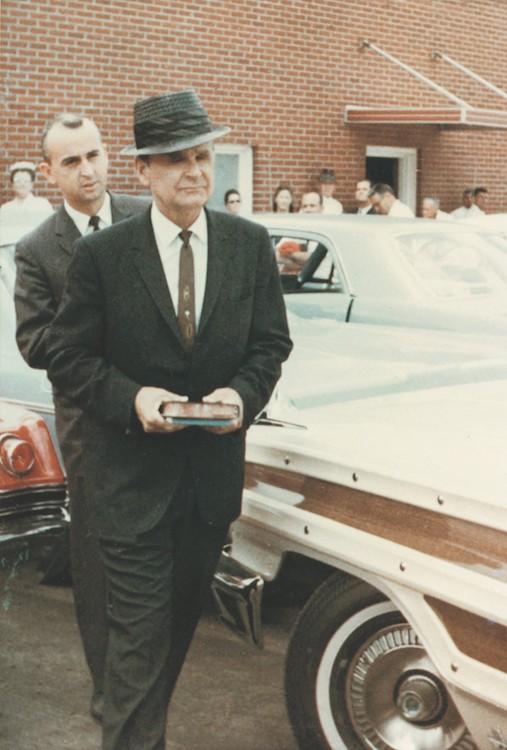 Billy Paul en zijn vader terwijl ze de Branham Tabernacle verlaten