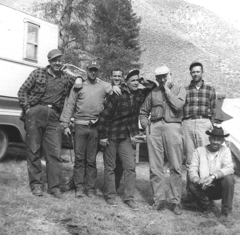 Banks Wood, Billy Paul Branham, Ronnie Evans, William Branham, Welch Evans, Carl Wheeler en Veron Mann (gehurkt), te Kremmling, Colorado, 1963.