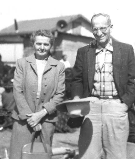 "Carl en Jessie Williams, de ouders van Earl Williams, tijdens de samenkomsten van William Branham in het ""San Carlos Indian Reservation"" in 1954."