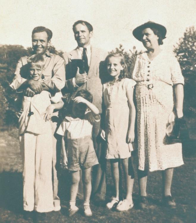 Achterste rij; Doc, William, Deloris en Ella Branham; boorste rijd: Donny en Billy paul