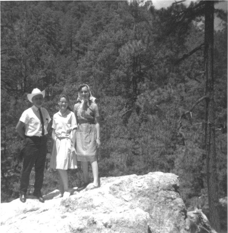William Branham met Madeline en Jaqueline Wheeler, de omgeveing aan het verkennen op Mount Lemon, in de buurt van Tucson.