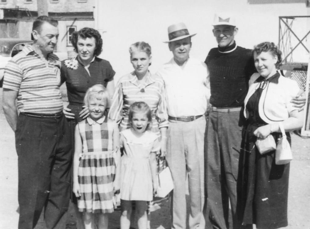 Vlnr. Gene Norman, Mary Norman, Meda Branham, William Branham, Fred Sothmann, Martha Sothmann en de Kinderen Becky Norman en Sarah Branham, Prince Albert, 1956.