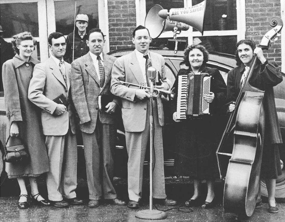 Straatevangelisatie begin 1956. Van links naar rechts: Naomi Collins, Willard Collins, Estle Beeler, Tom Meredith, Francine Meredith, en Leona Ethridge.