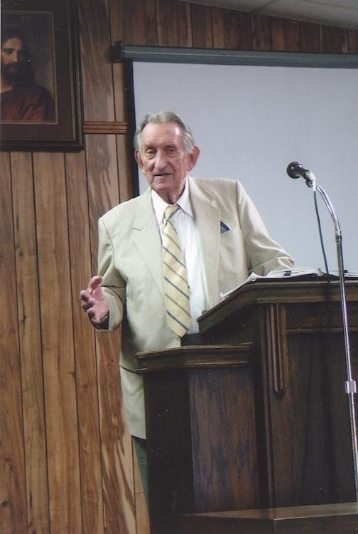 Morris Ungrun predikend in zijn samenkomst in Memphis in 2009