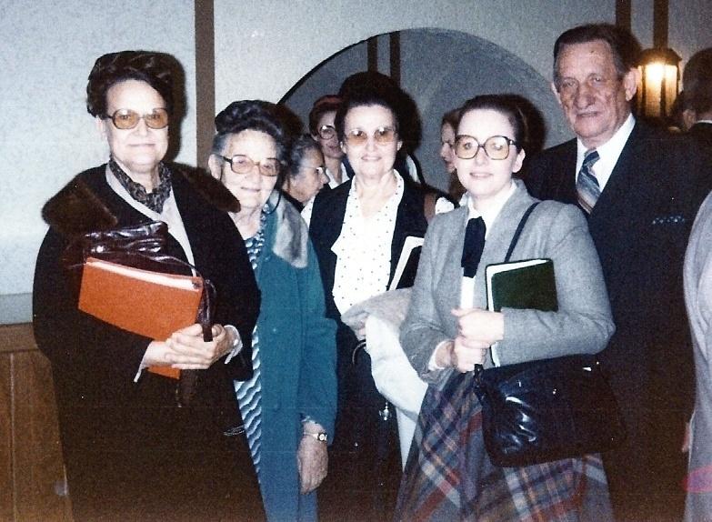Vrnl. Morris R. Ungrun met zijn dochter Sonja, zijn vrouw Vivian, zijn moeder Wealthy Ungrun en zijn zuster Helen Downing. De foto is genomen in 1984, tijdens een serie samenkomsten in Memphis, Tennessee.