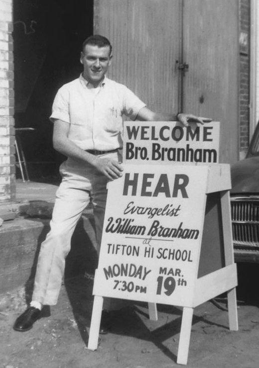 Ronnie Evans met een van de billboards met daarop de aankondigingen van de samenkomsten in Tifton in 1961