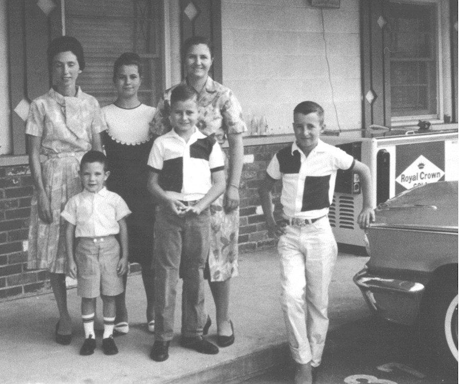 In Jeffersonville voor de diensten in de Tabernakel, medegelovigen uit Tifton: Faye Watson en haar zoon Joel, met Latrelle, Ruth, Dwight & David Sumner.