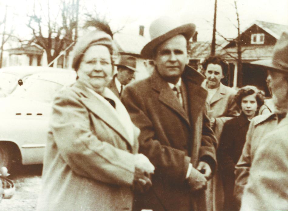 """William Branham met zijn moeder, die """"grootmoeder Branham"""" werd genoemd, na een samenkomst in 1959."""