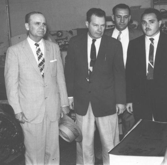 William Branham, Gordon Lindsay, Lee Vayle en Morris Cerullo bezoeken de drukkerij van Voice of Healing (Stem van genezing) in Juni 1958.